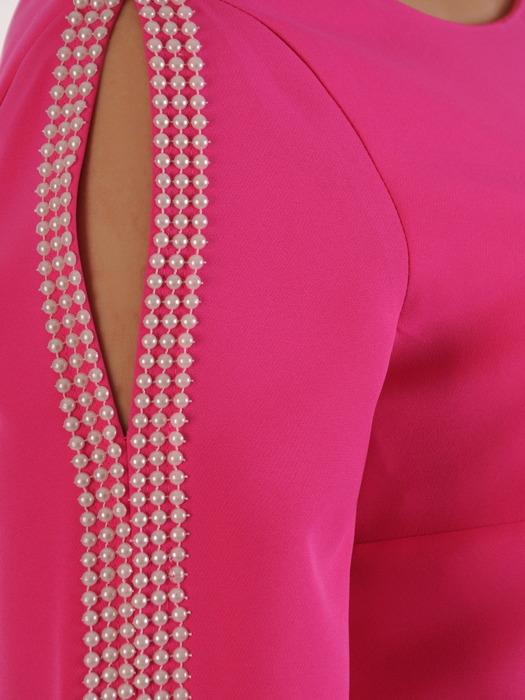 Amarantowa sukienka z efektownie wykończonymi rękawami 20867