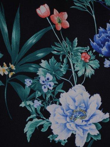 Atrakcyjna sukienka w kwiaty 15914, zwiewna kreacja z szyfonu.