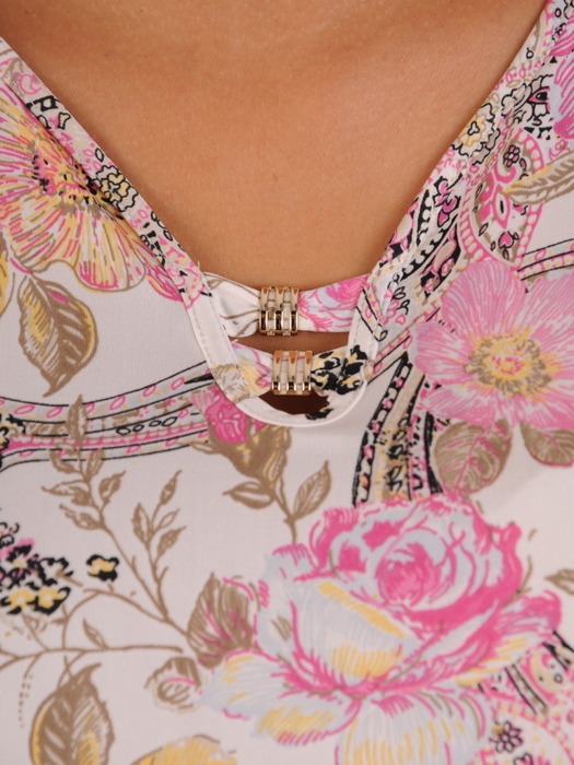 Bluzka z dekoracyjną broszką Leontyna II.