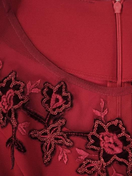 Bordowa sukienka z baskinką i koronkowym zdobieniem 30331