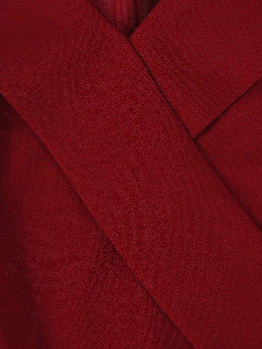 Bordowa sukienka z dzianiny, kreacja z ozdobnym kołnierzem 23753