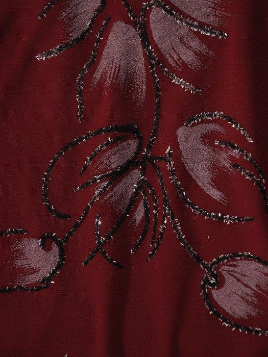 Bordowa sukienka z oryginalnym, połyskującym nadrukiem 19110