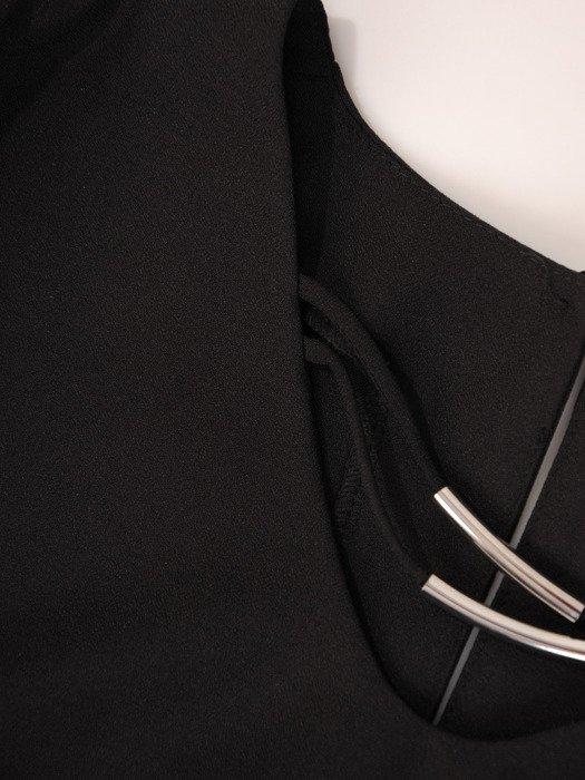 Czarna bluzka z ozdobną aplikacją przy dekolcie Honorata I