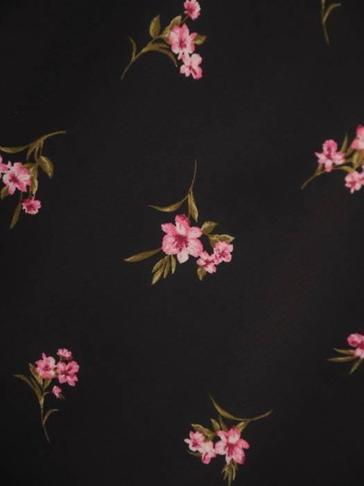 Czarna sukienka w kwiaty, kreacja z ozdobną stójką 30353