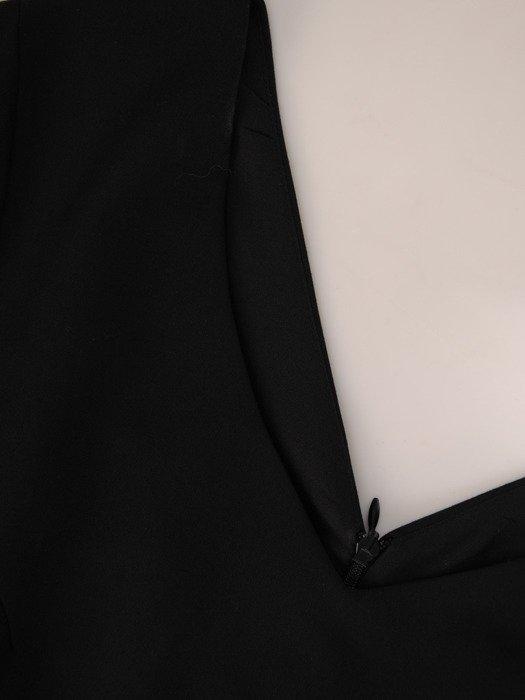 Czarna sukienka z efektownym dekoltem, prosta kreacja wizytowa 18899