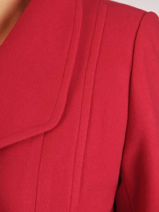 Czerwony płaszcz damski z ozdobnym wiązaniem 27808