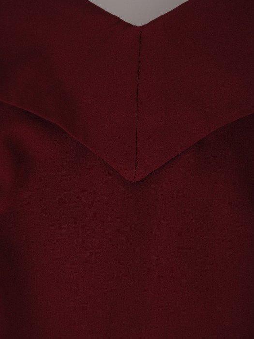 Długa sukienka z modnym dekoltem 17933, bordowa kreacja wieczorowa.