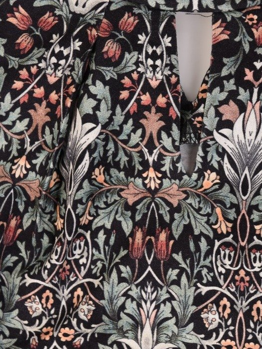 Dzianinowa bluzka z ozdobną stójką i wycięciem 23792