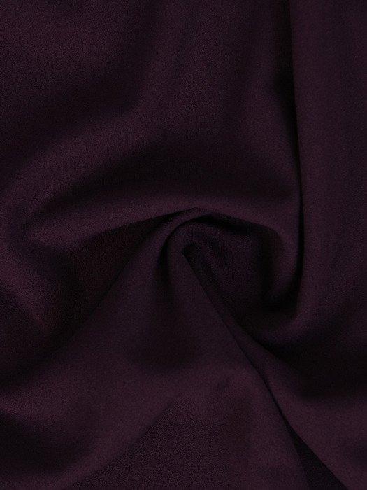 Dzianinowa sukienka z dekoltem w serek 18298, atrakcyjna kreacja w kolorze śliwkowym.
