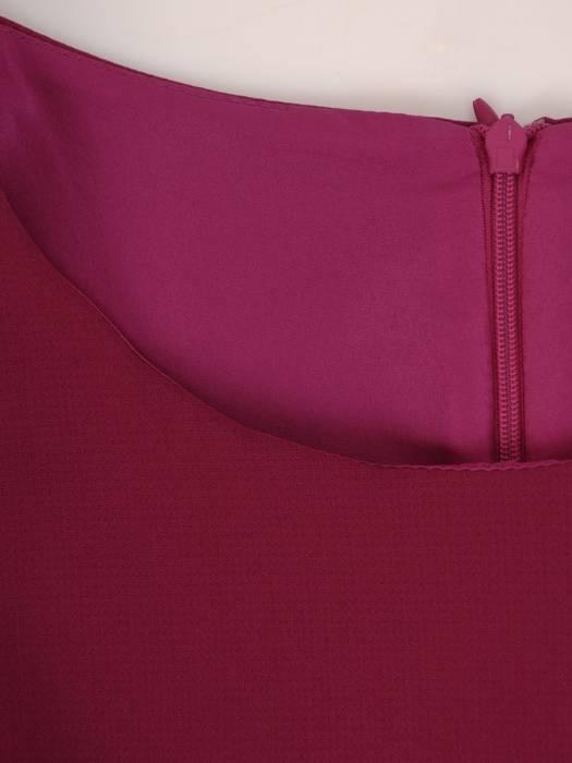 Elegancka amarantowa sukienka, kreacja z ozdobnie wyciętym przodem 27175