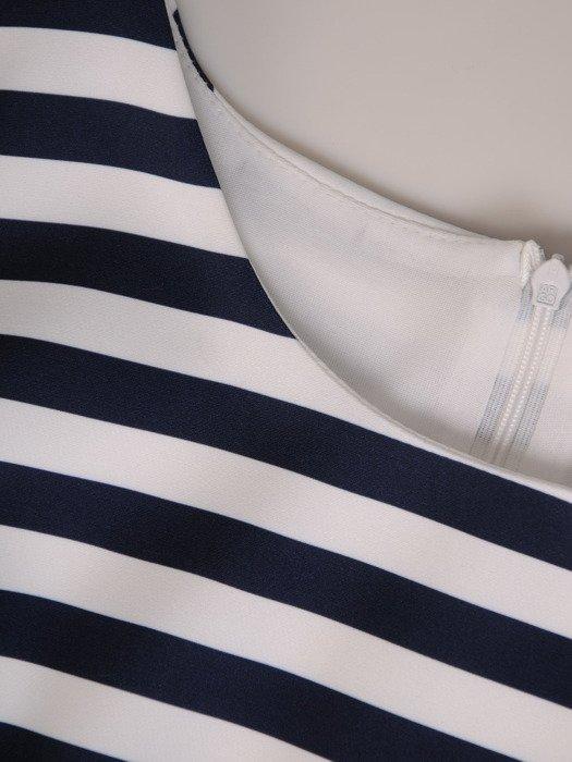 Elegancka sukienka w marynarskie paski, kreacja z ozdobnymi rękawami 19776