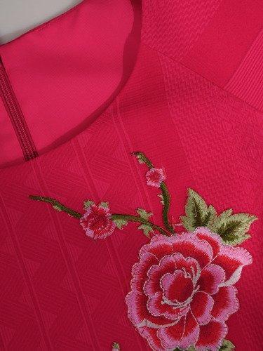 Elegancka sukienka z haftowaną naszywką 16208, kreacja z wytłaczanej tkaniny.