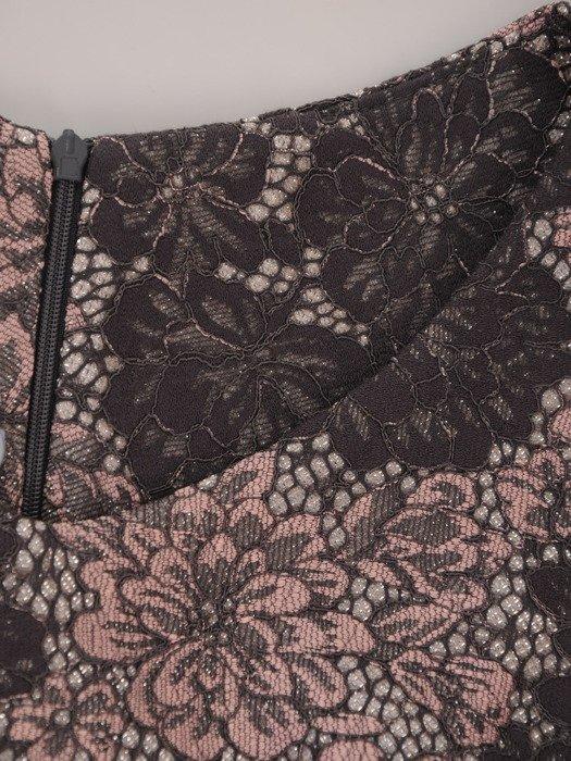 Elegancka sukienka z połyskującej tkaniny 17825, modna kreacja w wyszczuplający wzór.