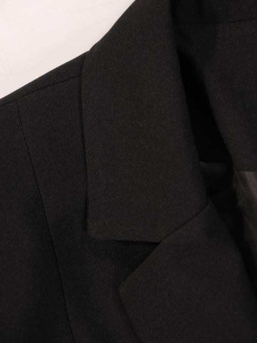 Elegancki czarny żakiet, zapinany na guziki 27249