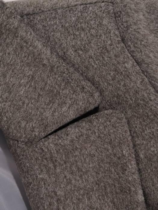 Grafitowy płaszcz damski z regulującym talię wiązanym paskiem 27799