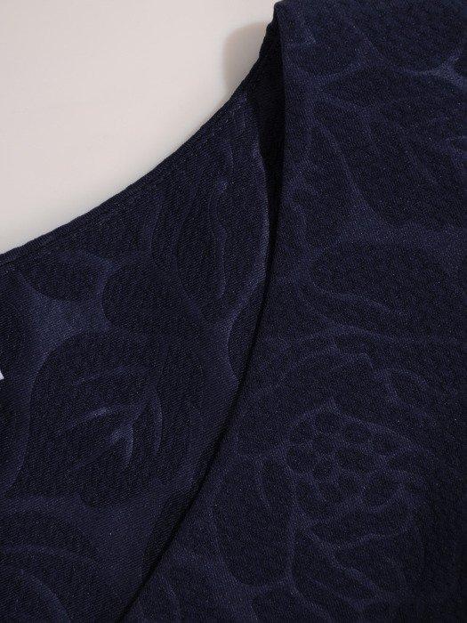 Granatowa sukienka z wytłaczanym wzorem, prosta kreacja wizytowa 18800