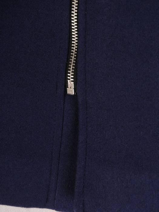 Granatowy płaszcz z odpinanym, futerkowym kapturem 27498