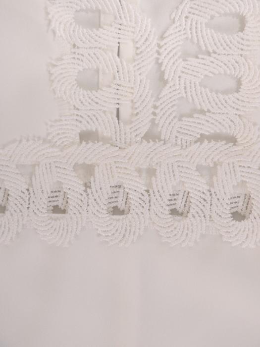 Jasna bluzka z ażurową aplikacją 22096