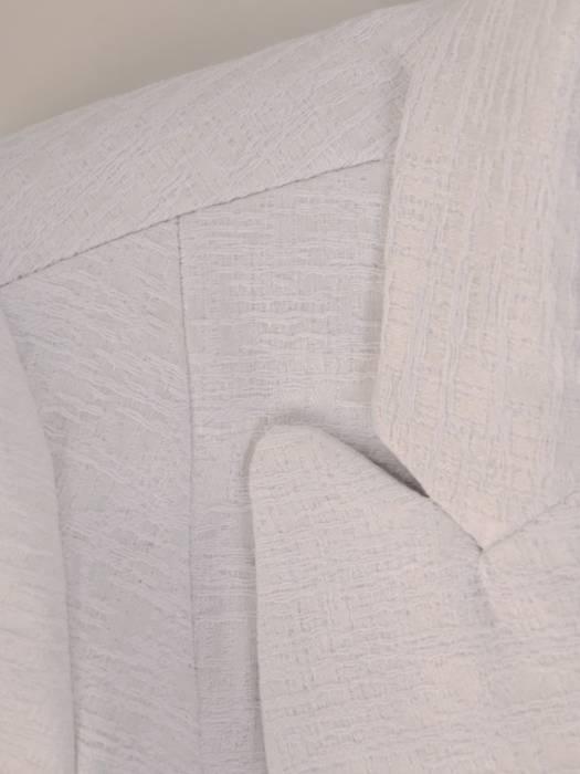 Jasny płaszcz damski z ozdobnymi guzikami 28502