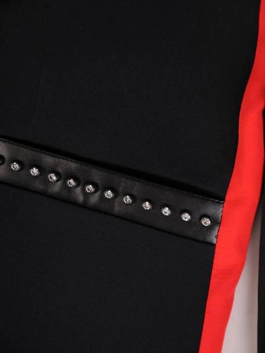 Kolekcja 28348, czarna sukienka, żakiet oraz spodnie z czerwonym wyszczuplającym lampasem