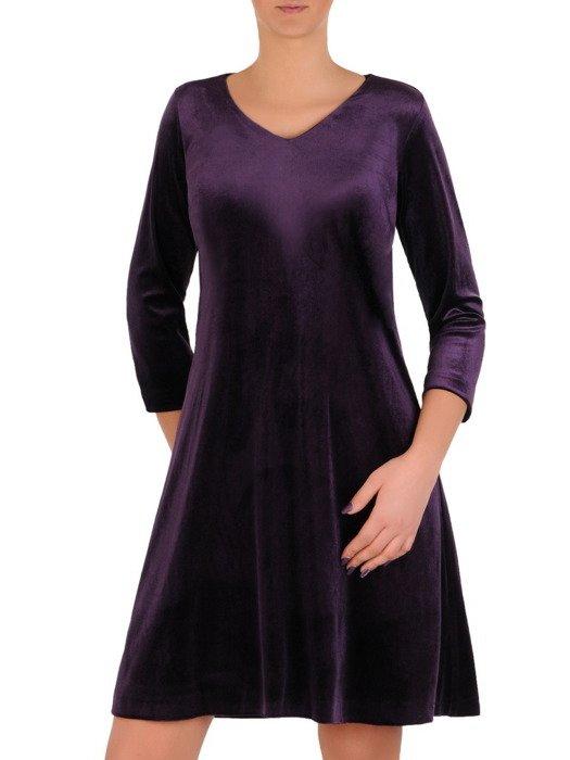 Luźna, aksamitna sukienka w modnym odcieniu śliwkowym 18791