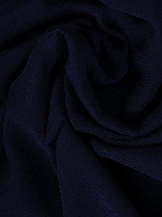 Luźna sukienka z szyfonu, granatowa kreacja zdobiona przy dekolcie 24311