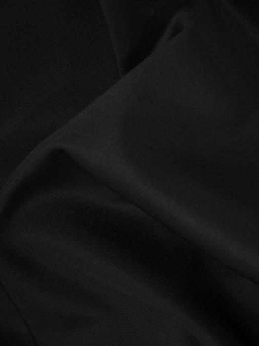 Mała czarna, kreacja z ozdobnym dekoltem 28231