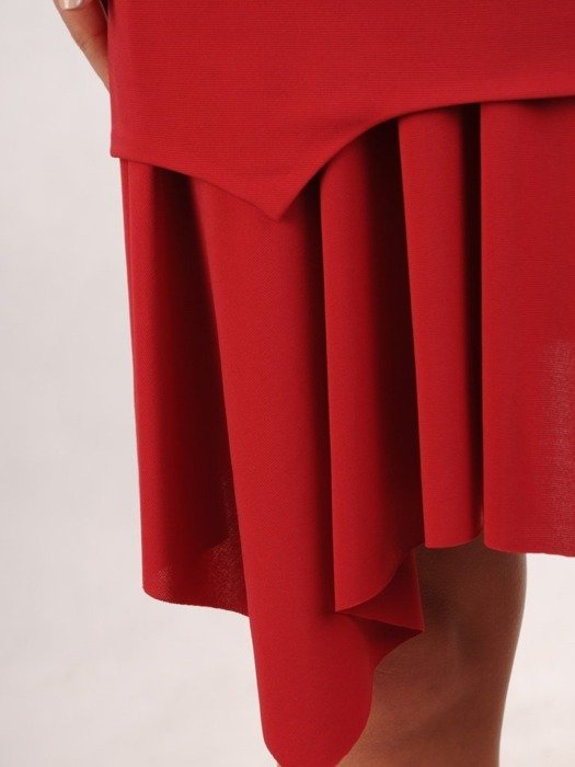 Malinowa sukienka z dzianiny, kreacja z ozdobną falbaną 22697
