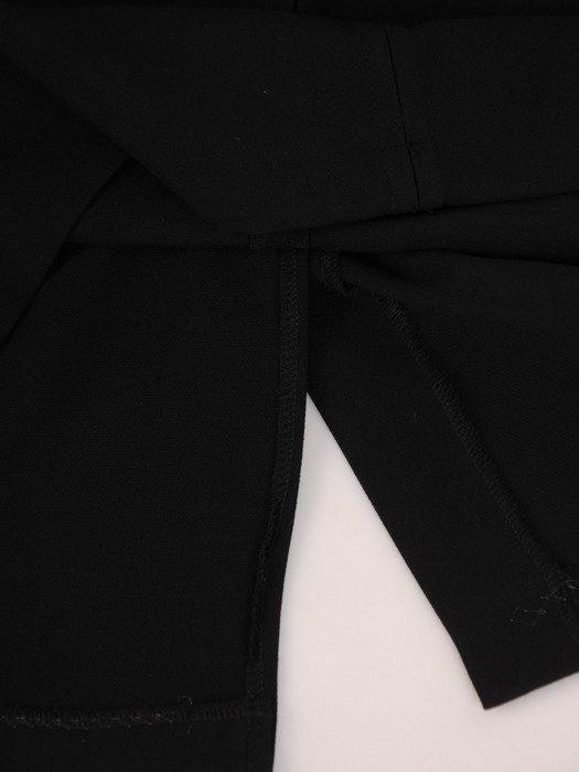 Modna sukienka z ozdobną, wyszczuplającą listwą Janeta III.