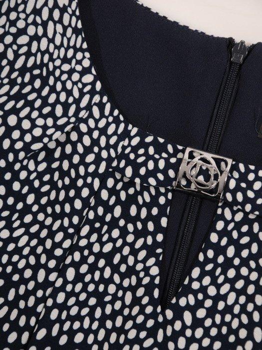 Nowoczesna sukienka w groszki Dobrawa, wyszczuplająca kreacja na wiosnę.