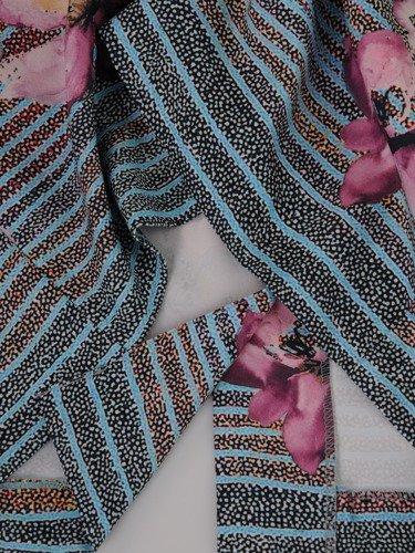 Nowoczesna sukienka w paski i kwiaty 15263, wiosenna kreacja w ciekawych kolorach.