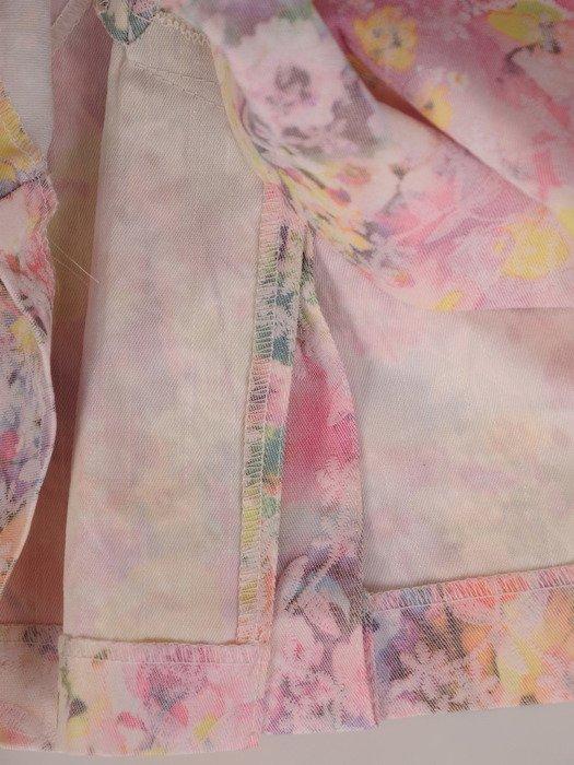 Pastelowa sukienka z żakardu Weronika, wiosenna kreacja z wyszczuplającymi lamówkami.