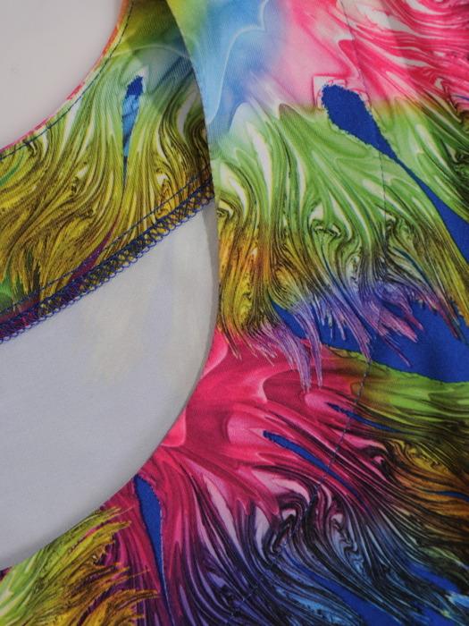 Plisowana sukienka z obniżonym stanem, lekka kreacja w kolorowy wzór 21019