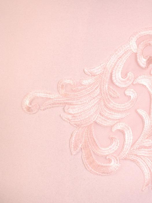 Pudrowa sukienka z koronkową aplikacją, elegancka kreacja wyszczuplająca 21241