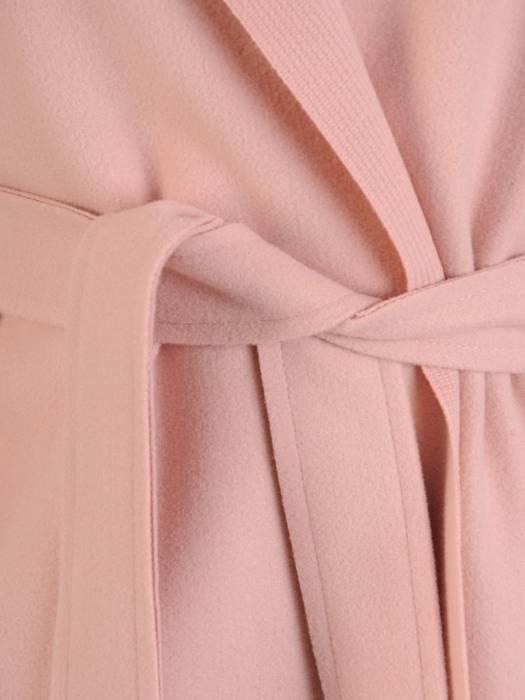 Pudrowy płaszcz damski wiązany w pasie 29028