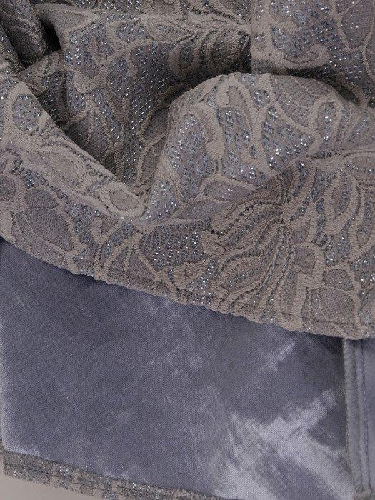 Rozkloszowana sukienka z połyskującej tkaniny 18214, nowoczesna kreacja na wieczór.