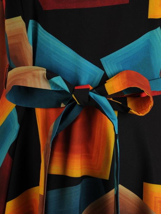 Rozkloszowana sukienka z szerokim paskiem, letnia kreacja w geometryczny wzór 21571