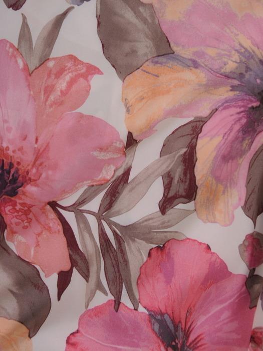Rozkloszowana sukienka z szerokim paskiem, letnia kreacja w kwiaty 21572