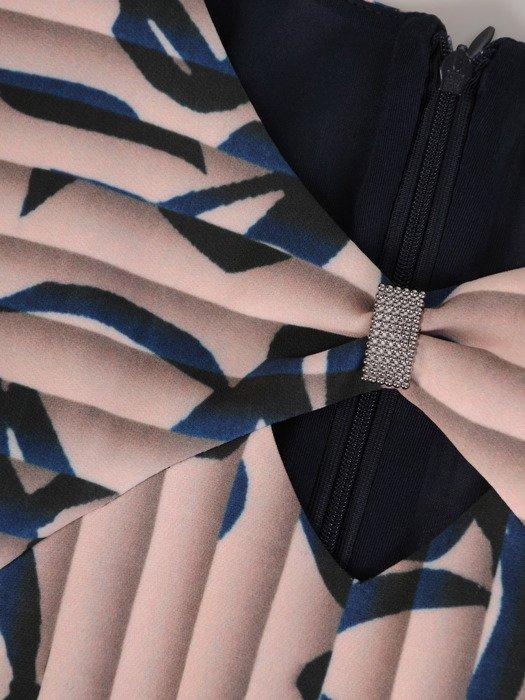Sukienka damska 17412, zwiewna kreacja w wyszczuplającym wzorze.