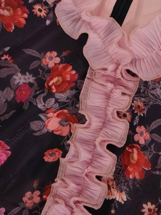 Sukienka koktajlowa, zwiewna kreacja z falbanami 26390