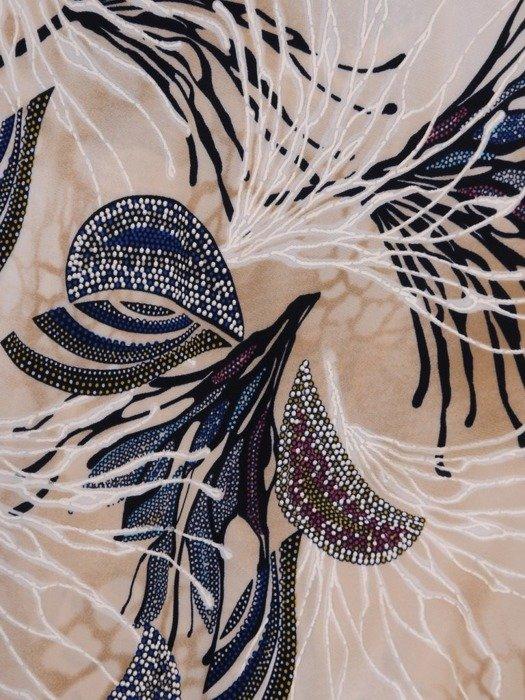 Sukienka w ciekawy wzór, prosty fason z dekoltem w serek 25727