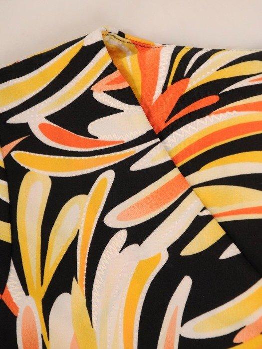 Sukienka w ciekawy wzór, prosty fason z dekoltem w serek 25964