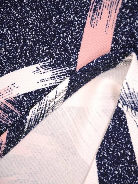 Sukienka w ciekawy wzór, prosty fason z dekoltem w serek 28800