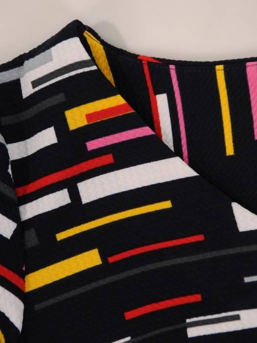 Sukienka w ciekawy wzór, prosty fason z dekoltem w serek 28975