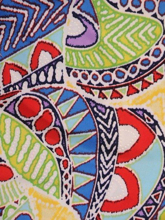 Sukienka w geometryczny wzór, prosty fason z dekoltem w serek 25957