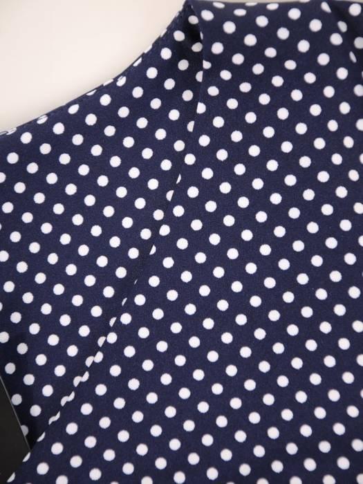 Sukienka w groszki, prosty fason z dekoltem w serek 28793