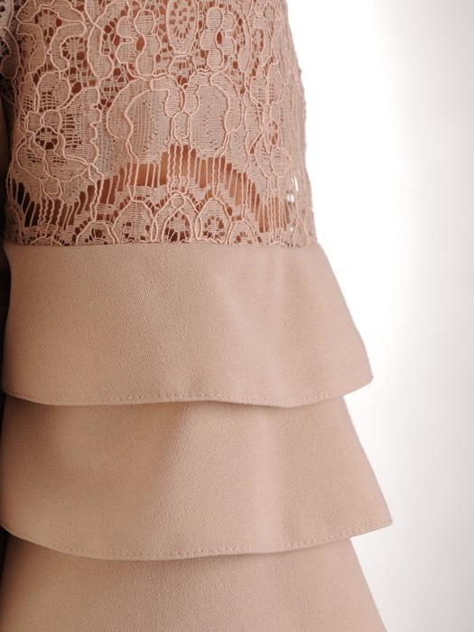 Sukienka z dzianiny, beżowa kreacja z oryginalnymi rękawami 21160.