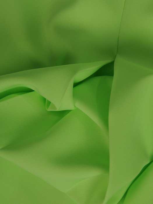 Sukienka z suwakiem na dekolcie, zielona kreacja z tkaniny 19907.