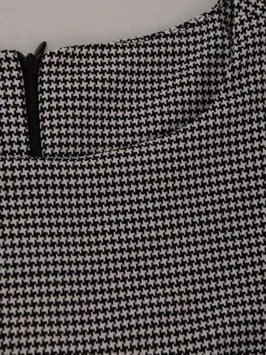 Sukienka z zakładkami Łucja V, elegancka kreacja z efektownym marszczeniem.