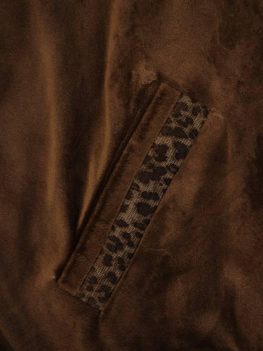 Welurowy dres damski z kapturem i wstawkami z panterki 27848